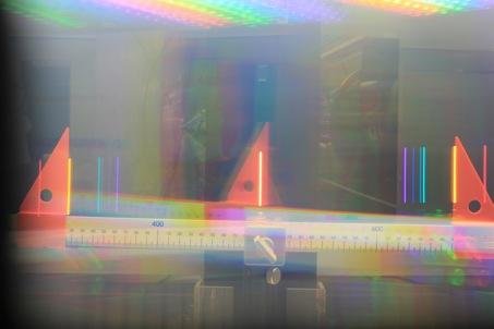 Ein anderer Versuch ermöglichte es, das Licht einer Lampe in verschiedene Farb-Bestandteile zu zerlegen und durch einfaches Ausmessen und Anwenden des Sinussatzes die Wellenlänge des gelben Lichten (im Nanometer Bereich (=10-9m) zu bestimmen.