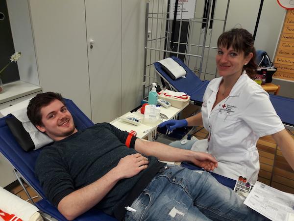 Der Berufsschüler Jendrik Koch, angehender Elektroniker in der Fachrichtung Energie- und Gebäudetechnik, lässt sich Monique Zandereit (Medizinische Fachkraft für Blutentnahme) seine Blutspende abnehmen.